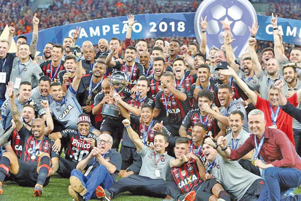Los jugadores brasileros festejan el trofeo de campeón.