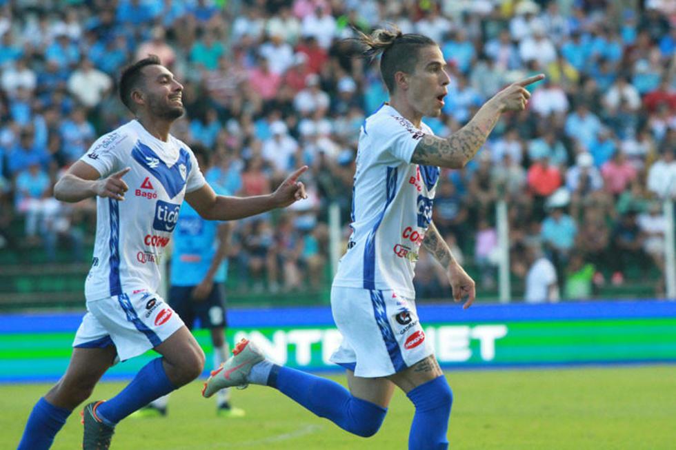 El jugador del plantel orureño, Javier Sanguinetti,  celebra su gol.