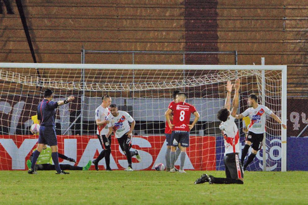 El cuadro potosino celebra uno de sus goles.