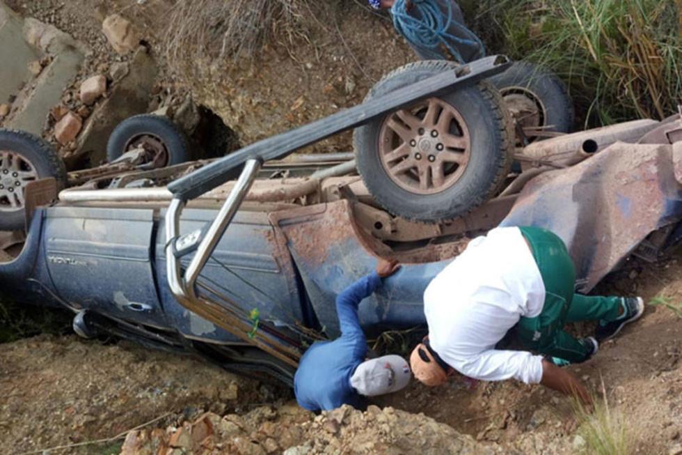 Dos personas rescatan a los heridos.
