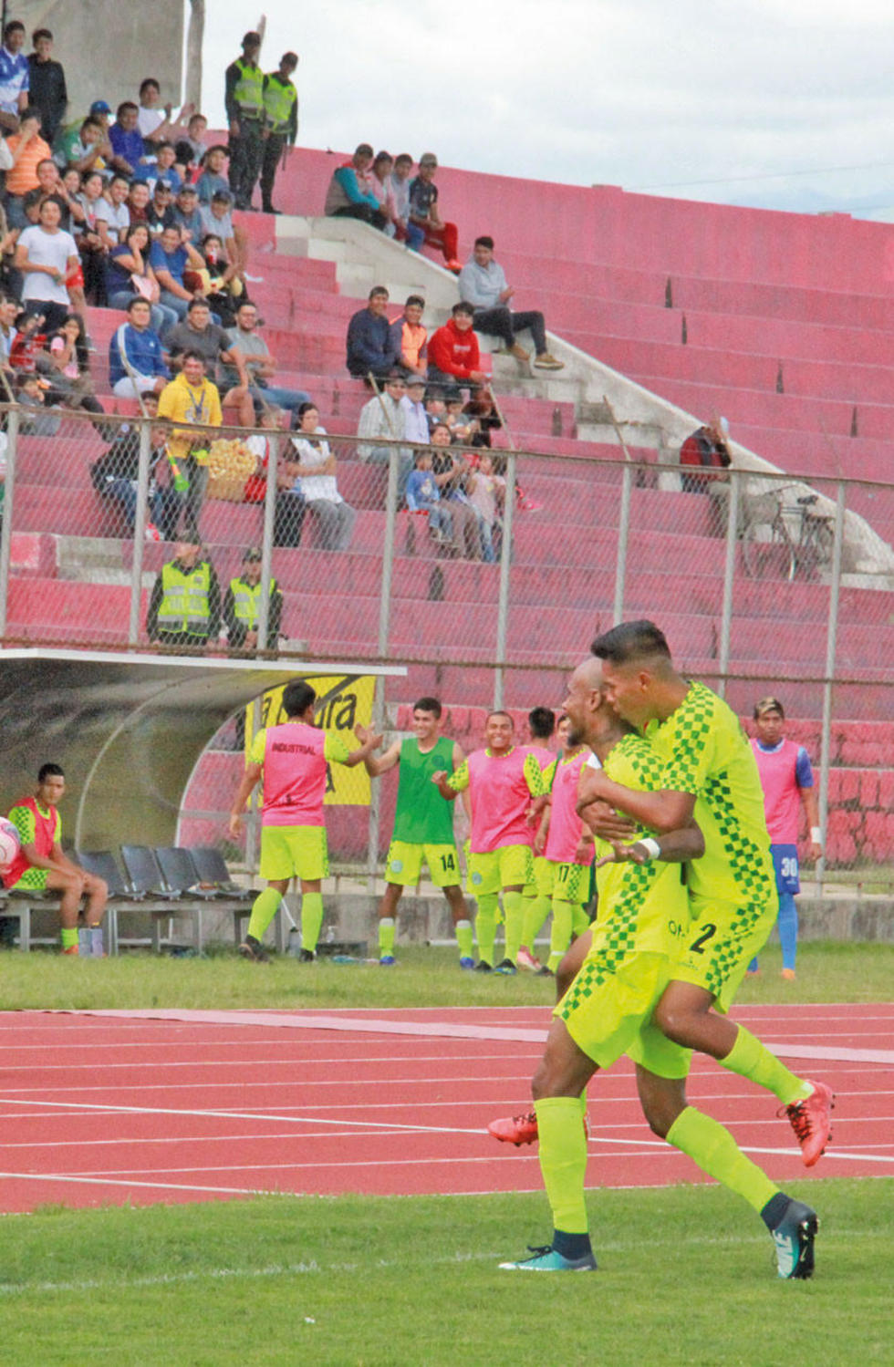 Magno Fernández (i) festeja el gol del local junto a su compañero.