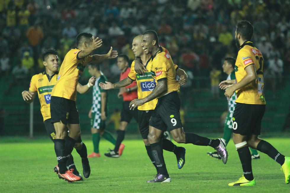 Los jugadores del cuadro cruceño festejan uno de los goles.