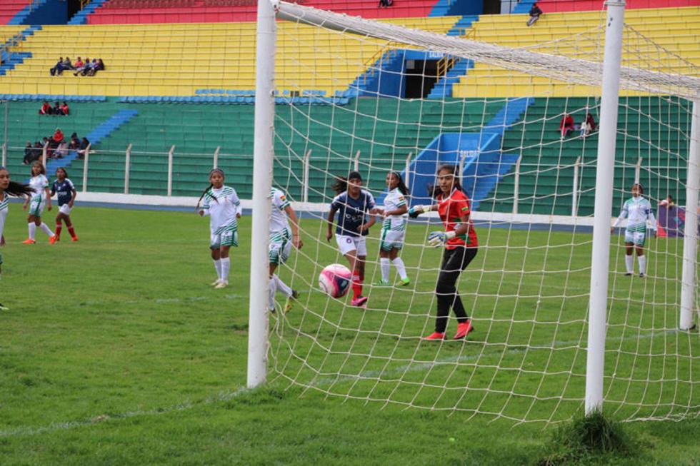 La jugadora Leny Mendoza, de Potosí, anota su segundo gol.