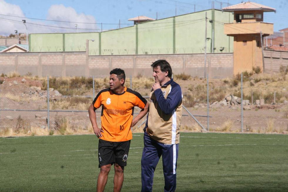 El jugador Darwin Peña junto al técnico Fernando Ochoaizpur.
