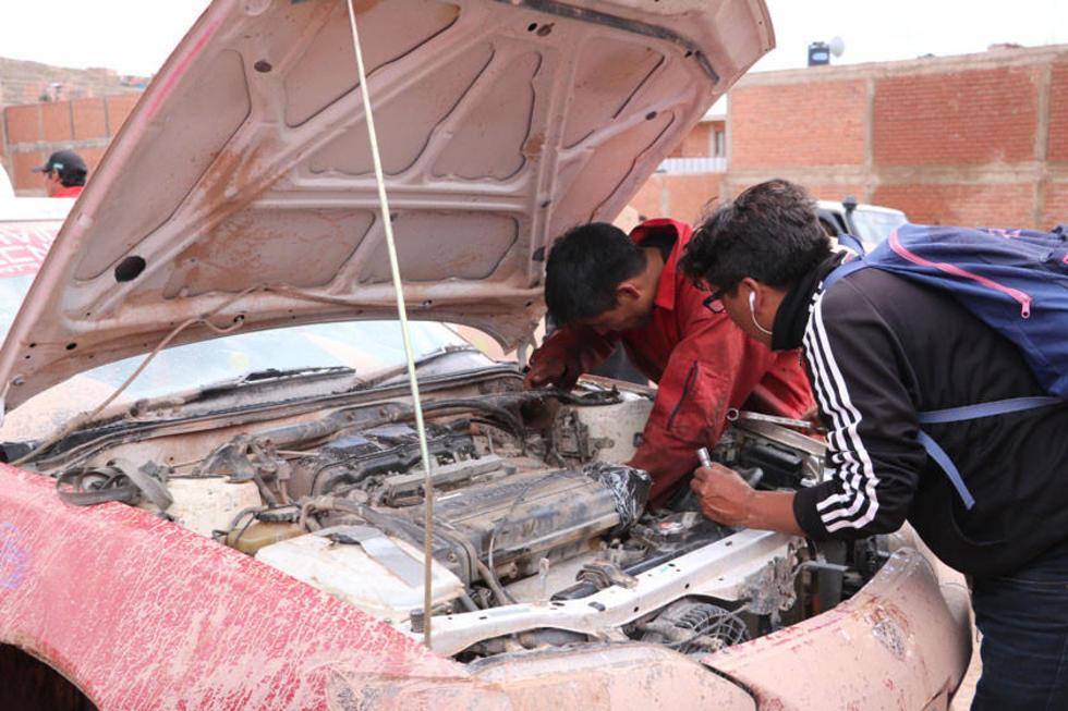 Los mecánicos desarman un motor.