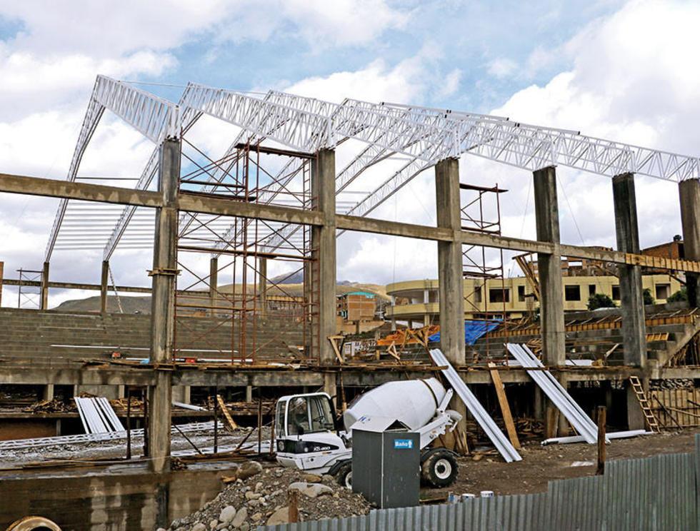 La empresa procede con el colocado de las estructuras metálicas para el techo.
