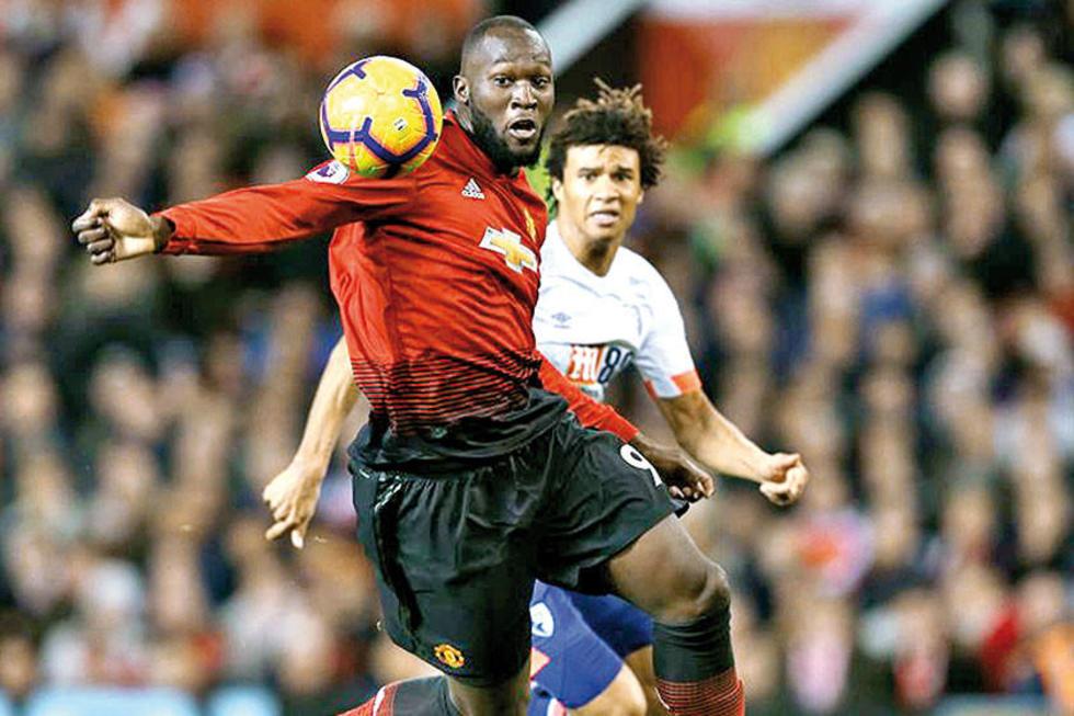El futbolista de Manchester United, Romelu Lukaku, controla el balón.