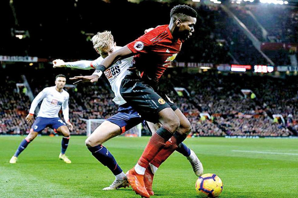 El jugador francés Paul Pogba anotó dos goles para Manchester United.