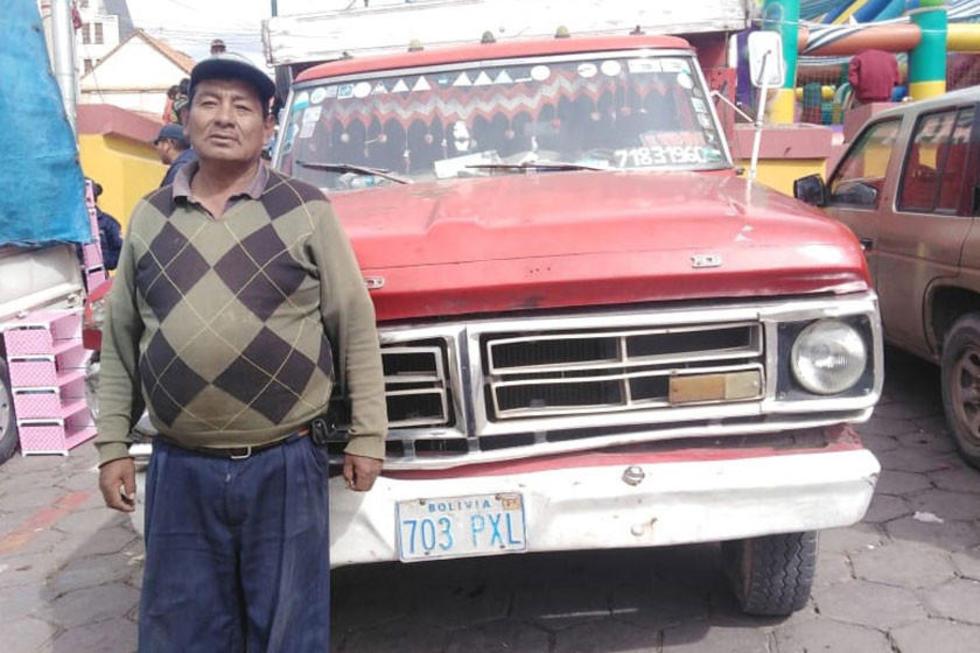 Raúl Leniz con su super camión de más de 50 años.