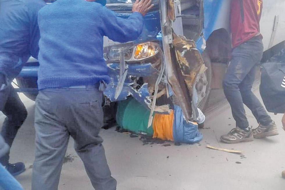 Una transeúnte es rescatada debajo de una de las llantas del bus.