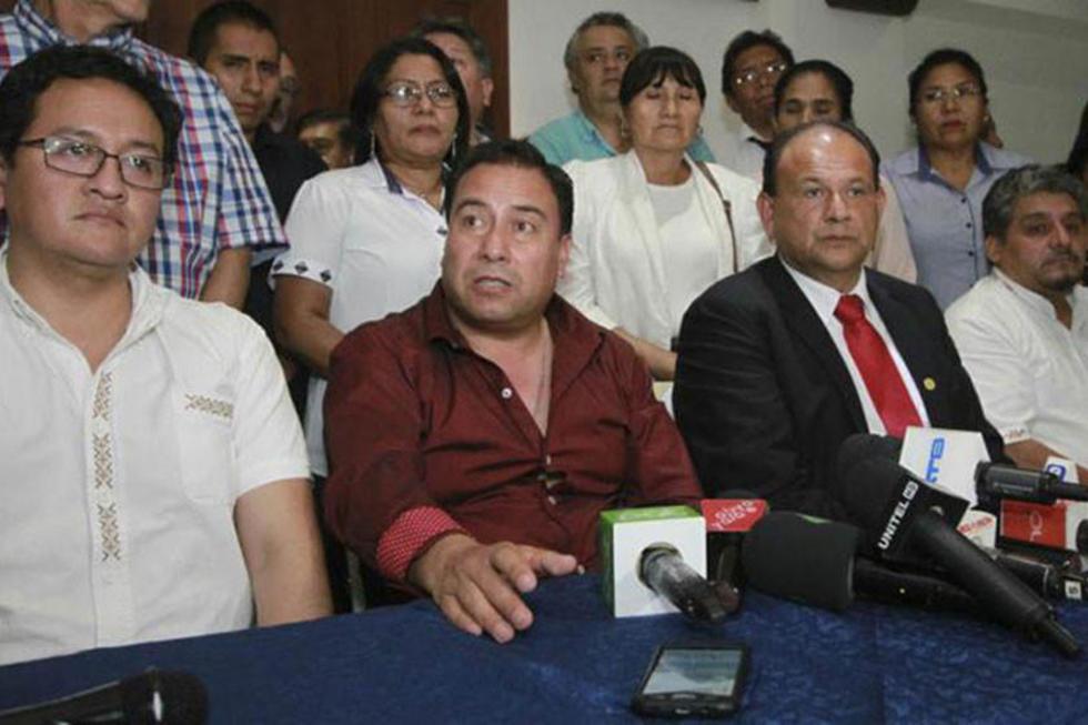 Representantes del Ministerio de Salud y del Colegio Médico de Bolivia, en conferencia de prensa, tras la reunión desarr