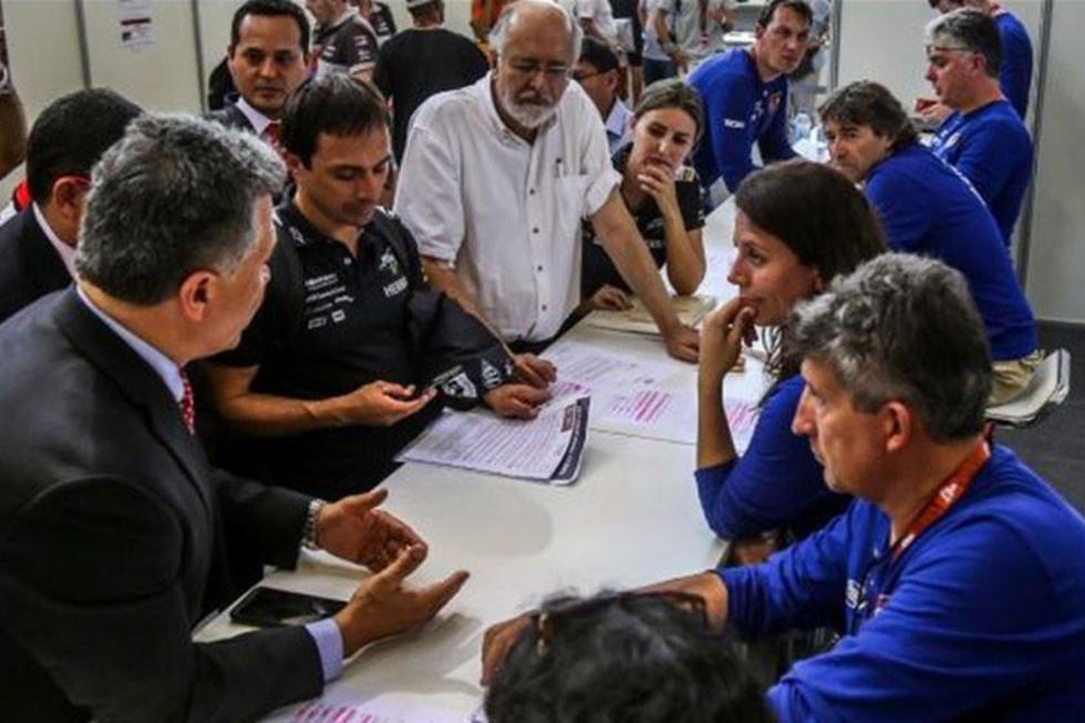 El piloto nacional ante los funcionarios de la ASO