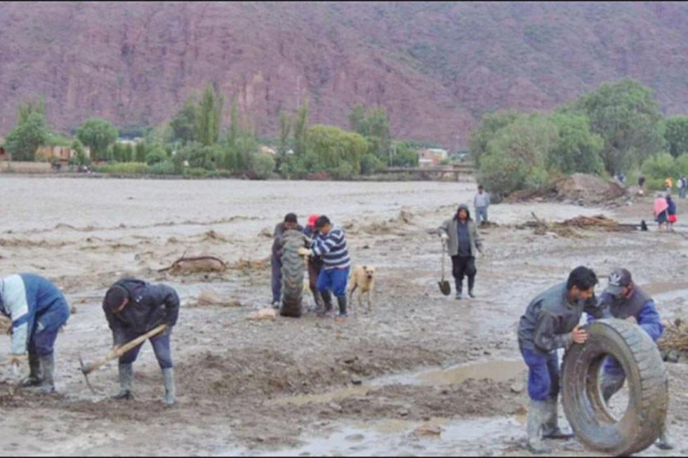 La madrugada de ayer sábado se desbordo el río Tupiza. El rebalse del caudal no fue de magnitud.