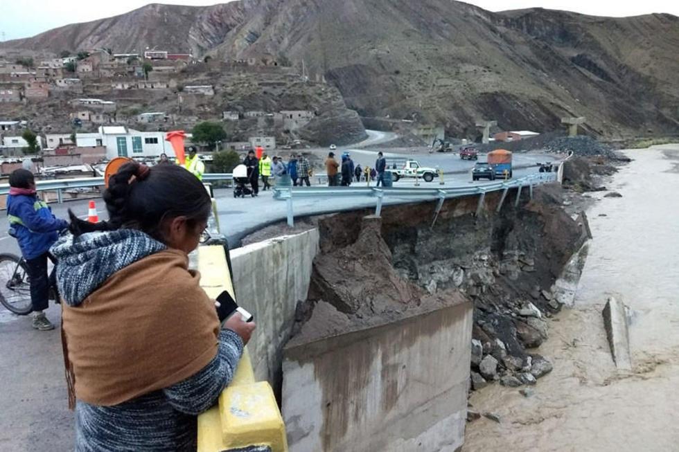 El agua socavó parte del puente y carretera.