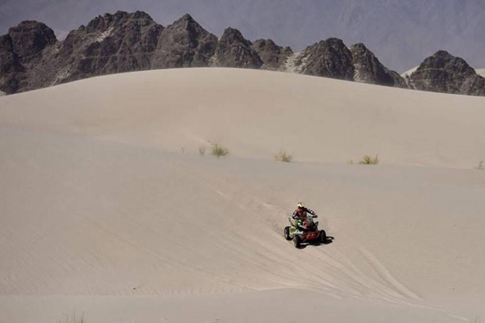 El chuquisaqueño en su paso por una de las dunas.