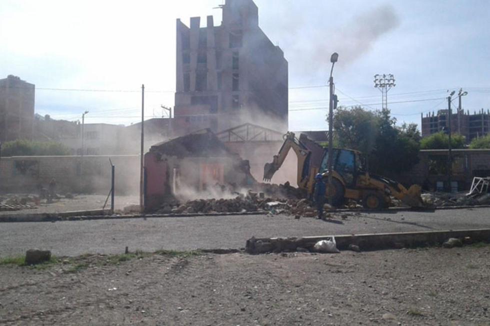 El tractor procede a la demolición de ambientes.