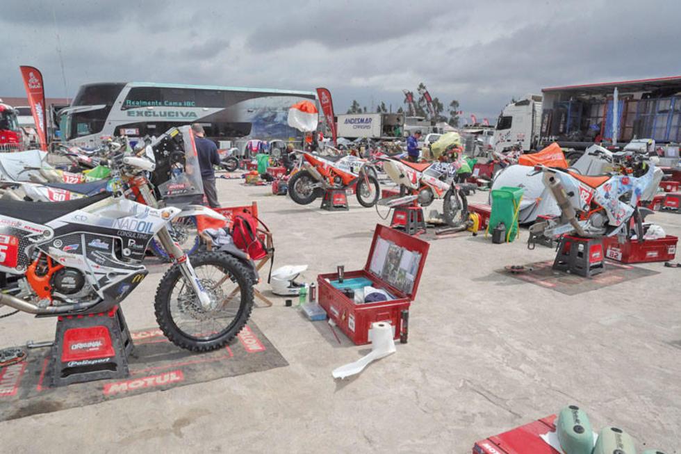 Vista general de varias motocicletas en mantenimiento.