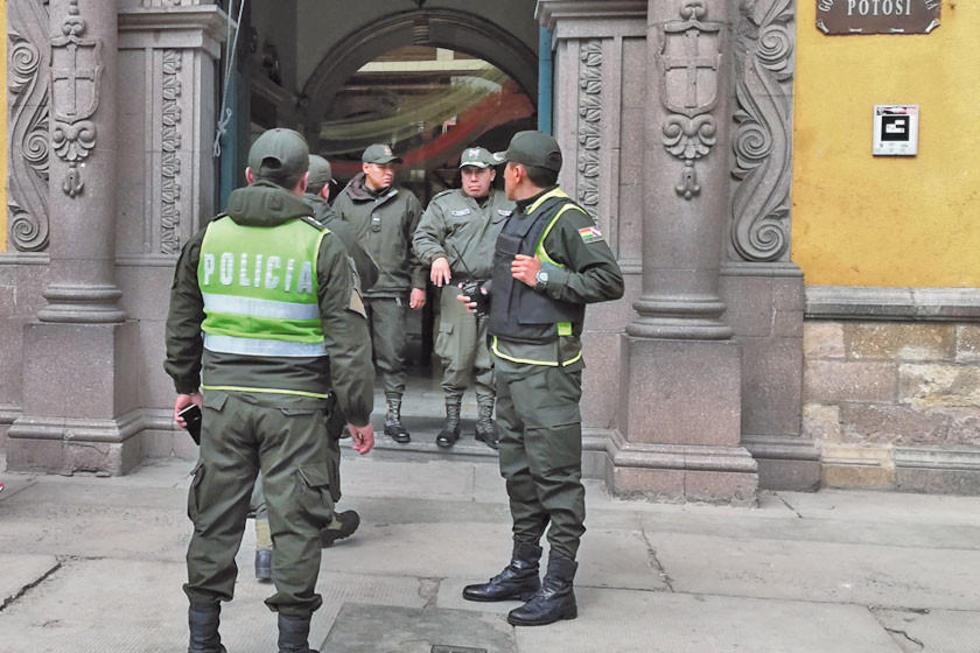 Los policías no encontraron ningún artefacto explosivo en la Gobernación.