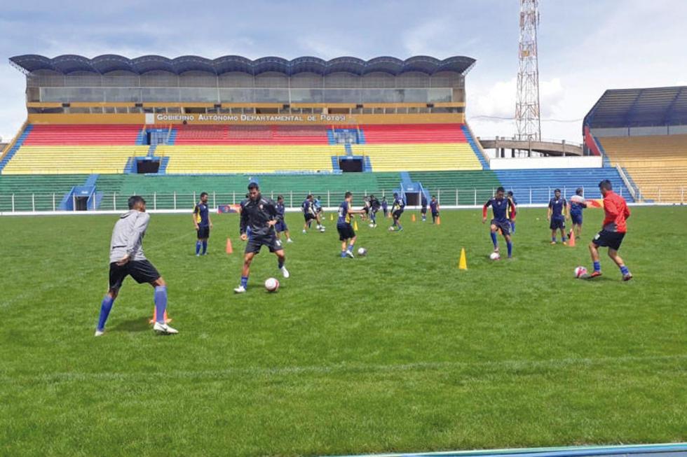 Los jugadores lilas durante su entrenamiento en el estadio.