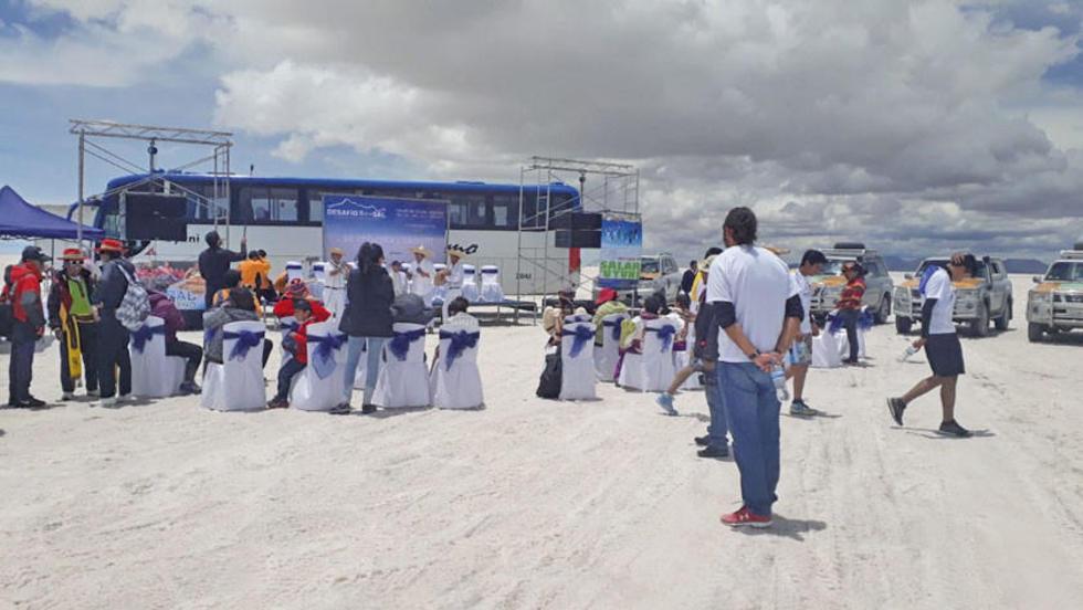 Organizadores hicieron el lanzamiento de la prueba en pleno Salar.