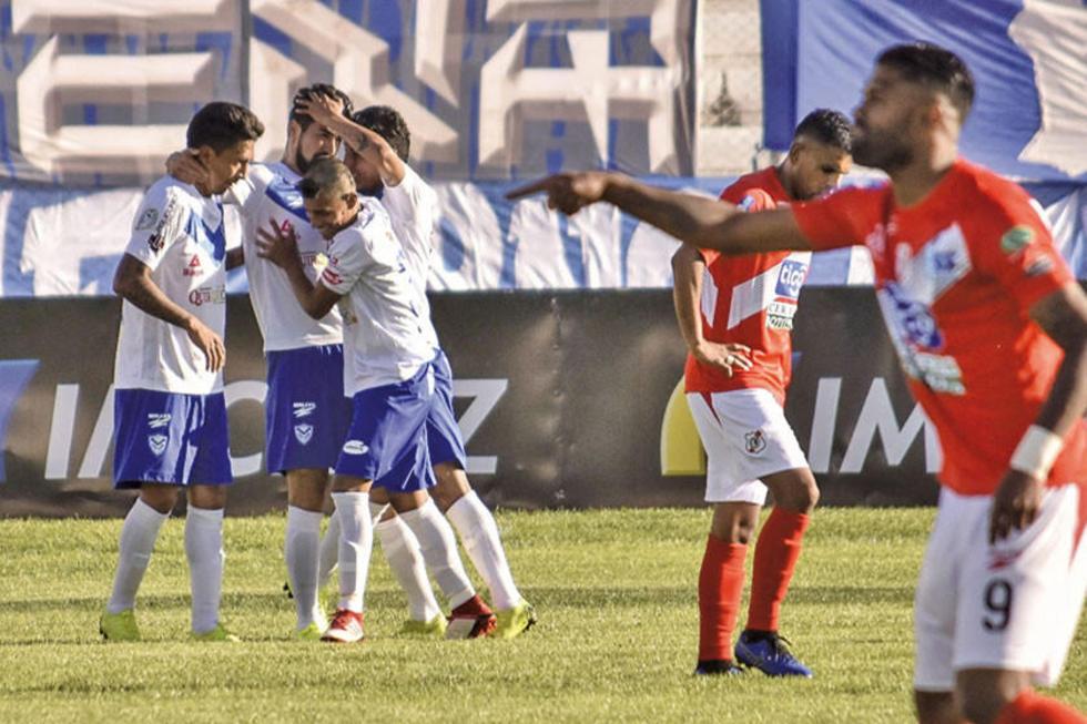 Futbolistas del cuadro local se abrazan tras el empate.