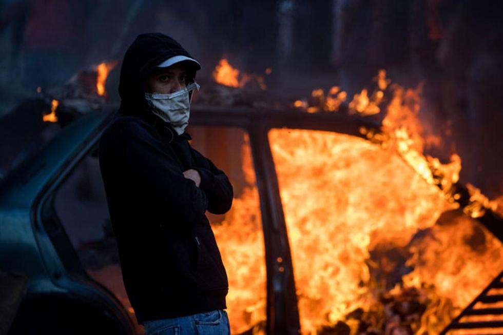 Un grupo de personas se manifiestan en una calle en las inmediaciones de un comando de la Guardia Nacional Bolivariana.