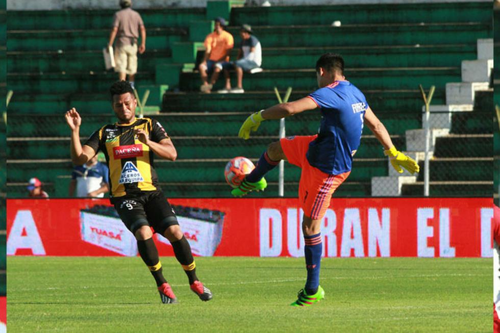 El meta Jorge Arauz despeja el balón ante la presión de la visita.