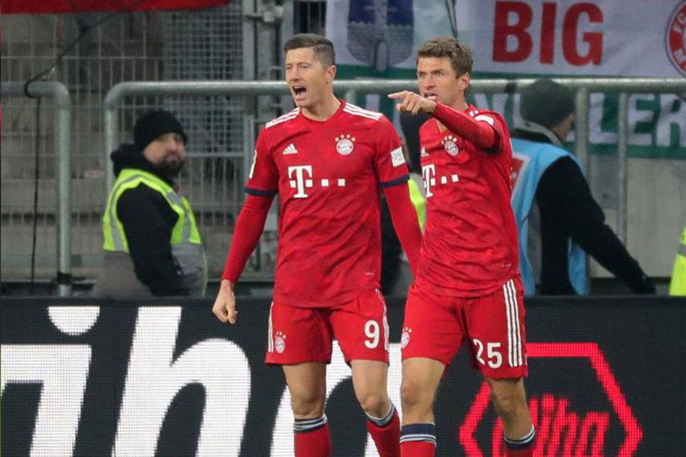 Robert Lewandowski celebra su gol junto a su compañero Thomas Mueller.