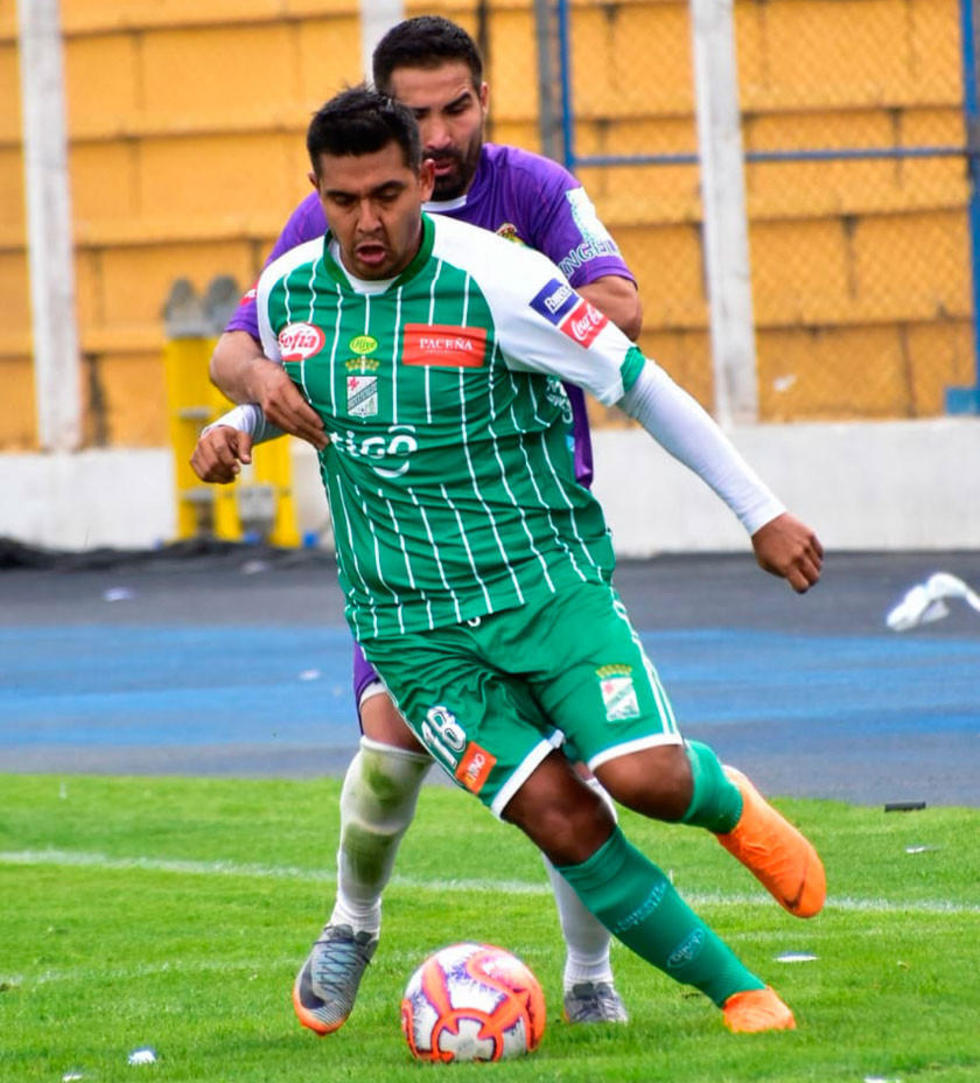 Ignacio García y José Castillo pugnan por el esférico.