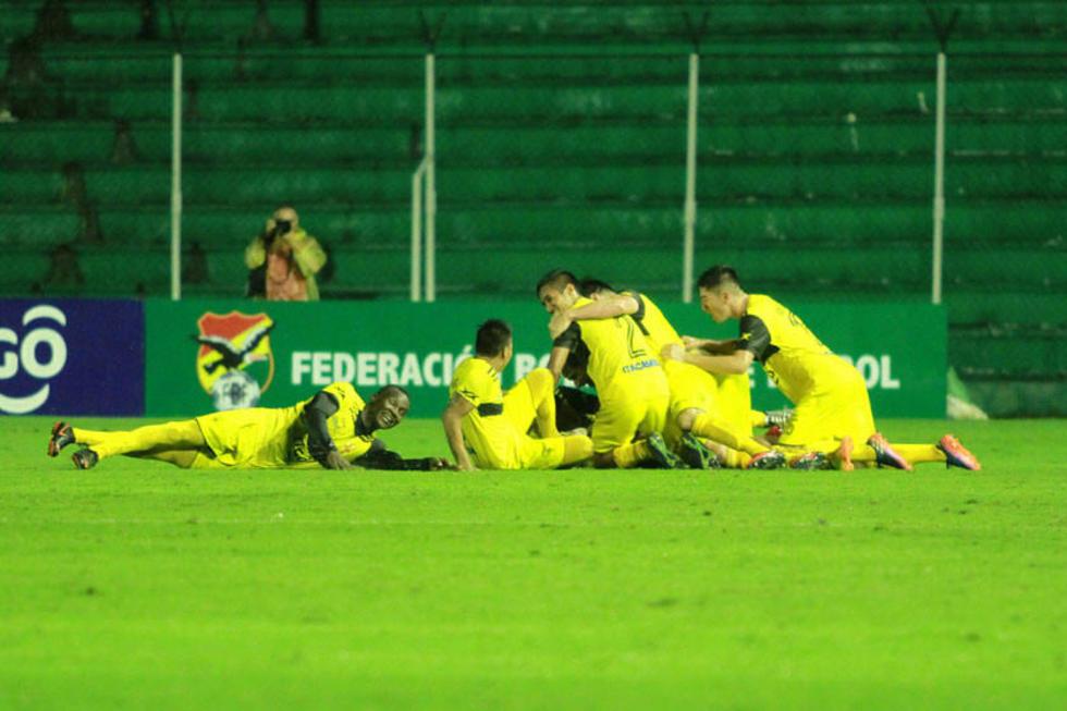 Los jugadores del equipo canario festejan el gol de la victoria.