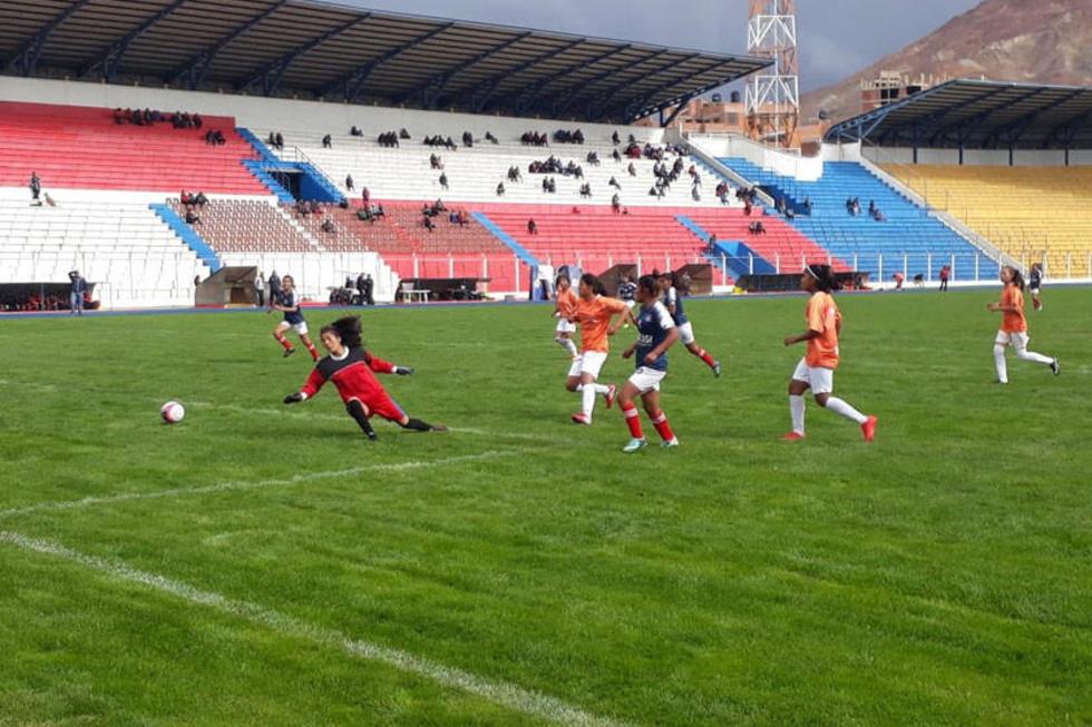 La jugadora Leny Mendoza anota el séptimo gol para Potosí.