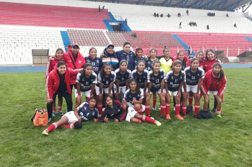 El equipo completo de damas posa para la foto del recuerdo.