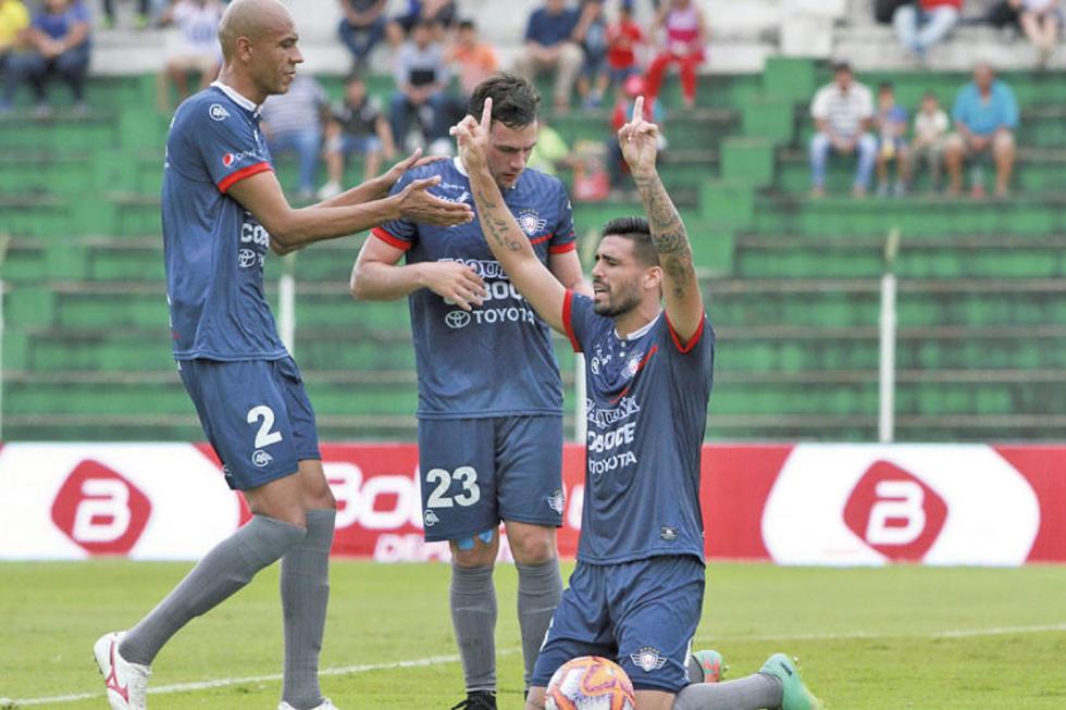 Los jugadores del Hércules aviador celebran uno de los goles.