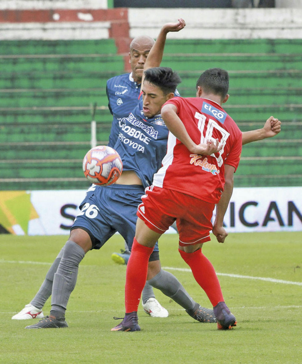 Carlos Pérez se enfrenta a Yoni Ángulo por  el balón.