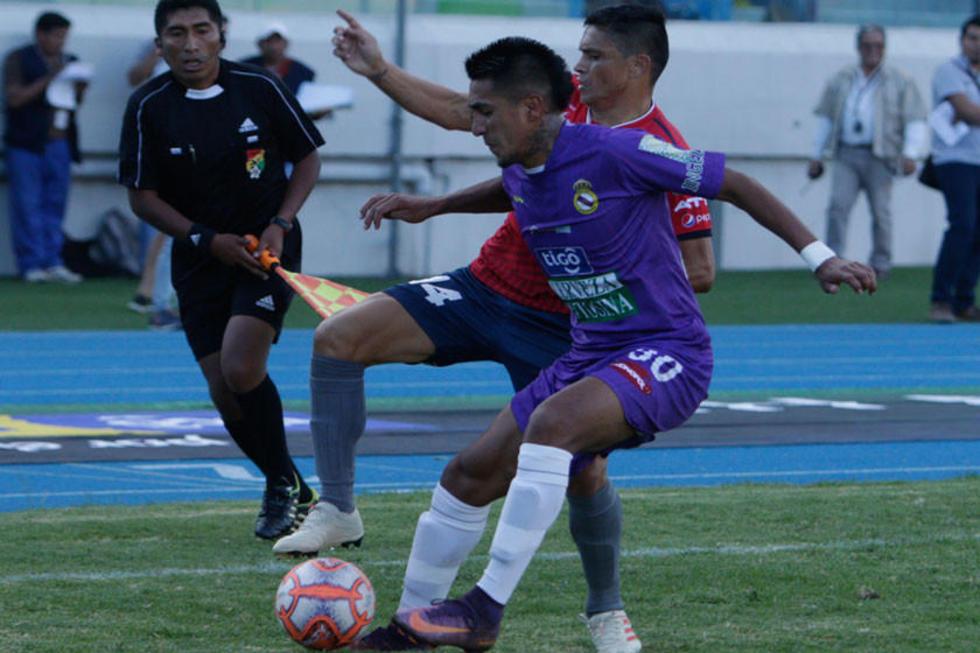 Edwin Rivera, de Real, lucha por el balón con un rival aviador.
