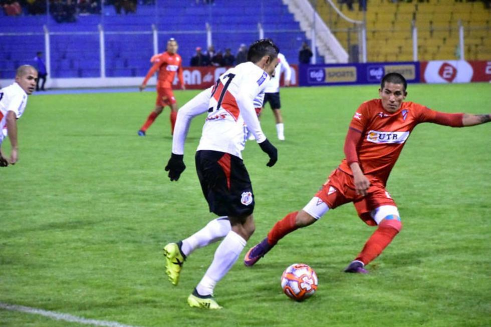 Diego Navarro trata de pasar a su marcador.
