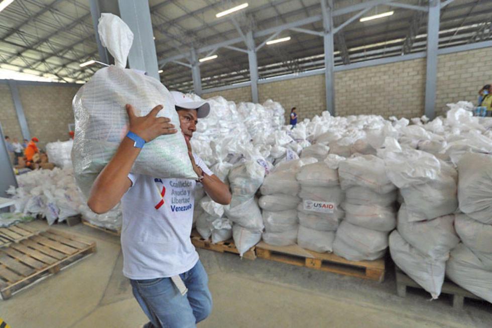 Autoridades verifican cargamento con la asistencia humanitaria en un centro de acopio dispuesto en el puente internacion