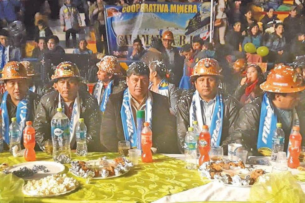 Los dirigentes de la entidad organizadora con el Gobernador.