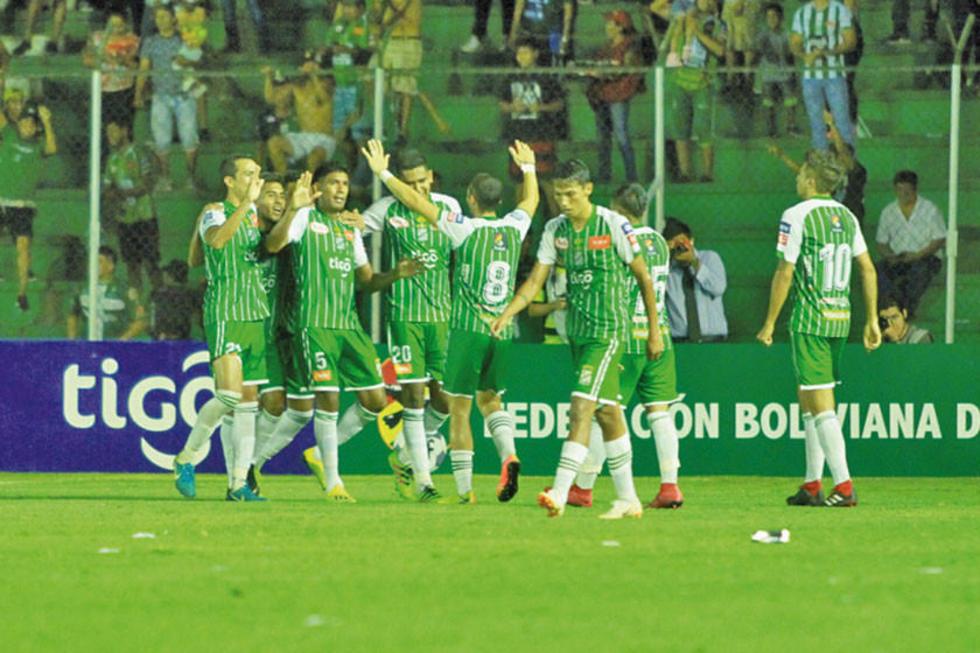 Los jugadores del cuadro verdolaga festejan uno de los goles del partido.