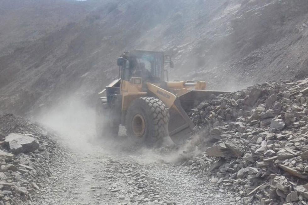 Equipo pesado del Sedeca retira el materia arrastre que cubre el camino.