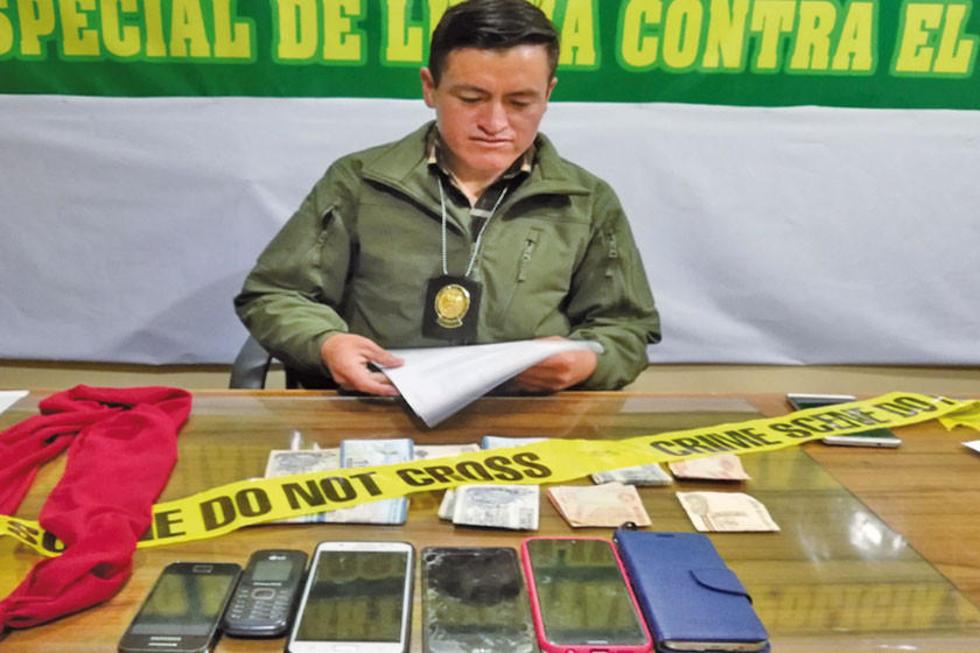 El jefe policial muestra los objetos secuestrados.