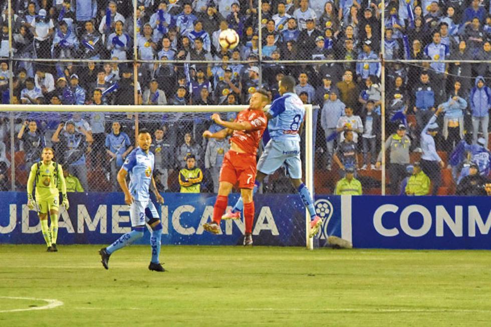 Leonel Quiñonez (d) del Macará de Ambato disputa el balón con Marcelo Aguirre.