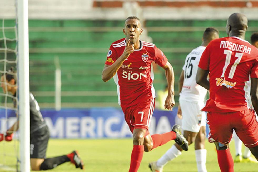 El jugador Thiago Ribeiro festeja el gol del empate.