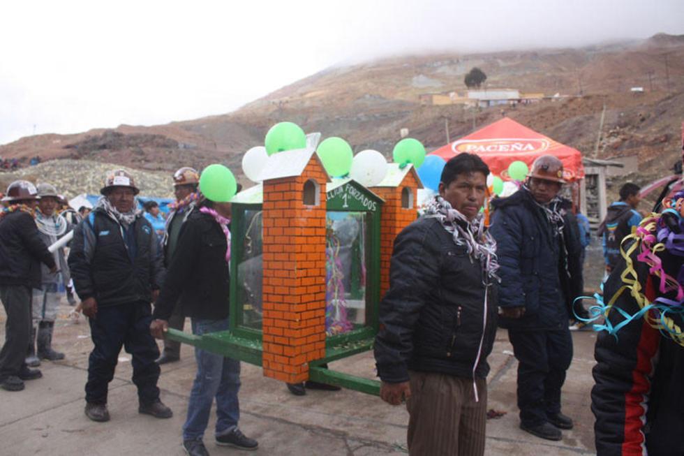 Los mineros bajan al Tata Ck'ajcha de la mina.