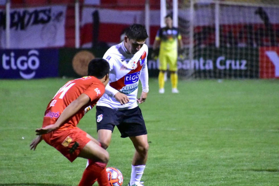 Vladimir Castellón trata de eludir a su rival.