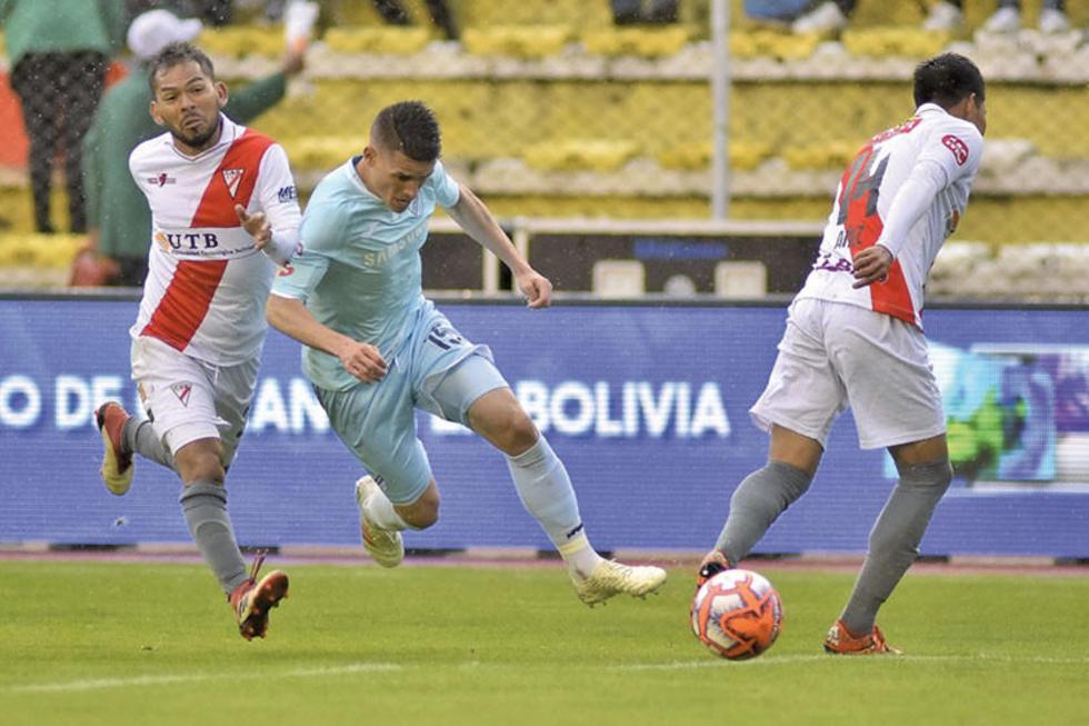 Juan Callejón (c) trata de esquivar la marca de dos rivales.