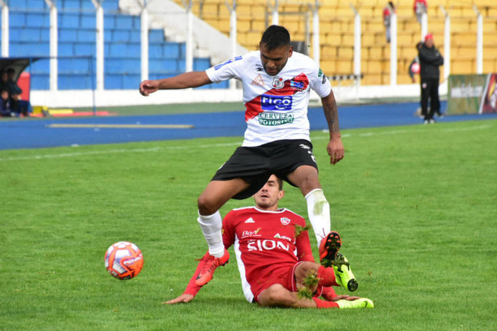 Saúl Torres elude la marca de su rival.