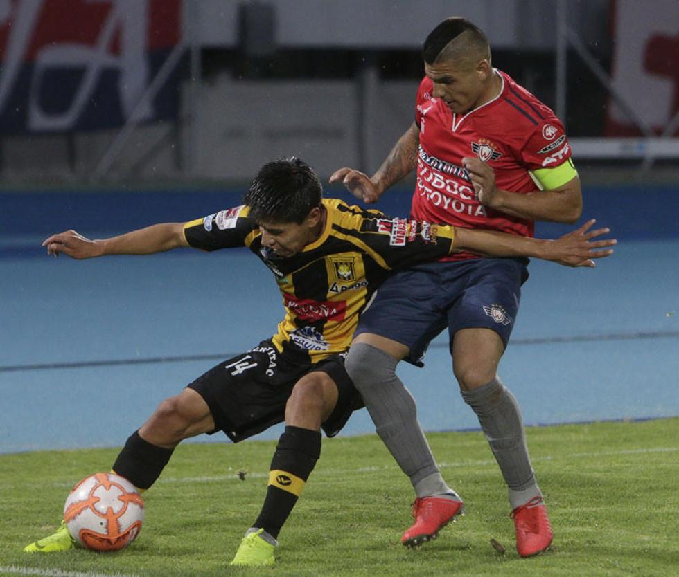 Diego Wayar protege el balón de un rival.