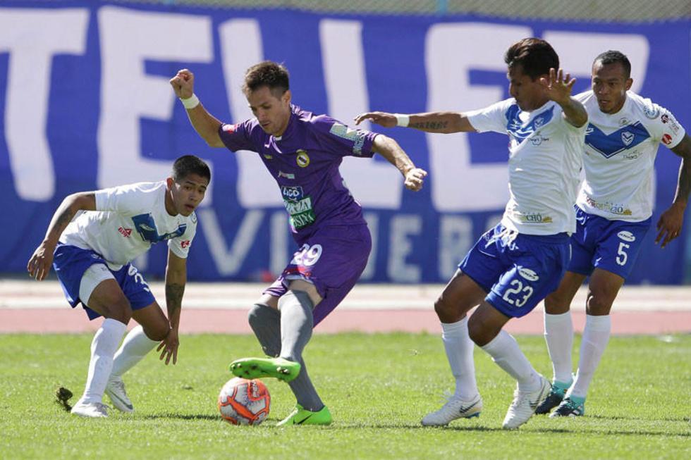 El jugador lila Mariano Berriex controla el balón ante la marca de sus rivales.