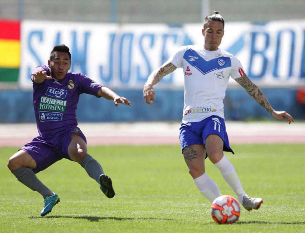 Isaías Dury, de Real, marca a Javier Sanguinetti, de San José.